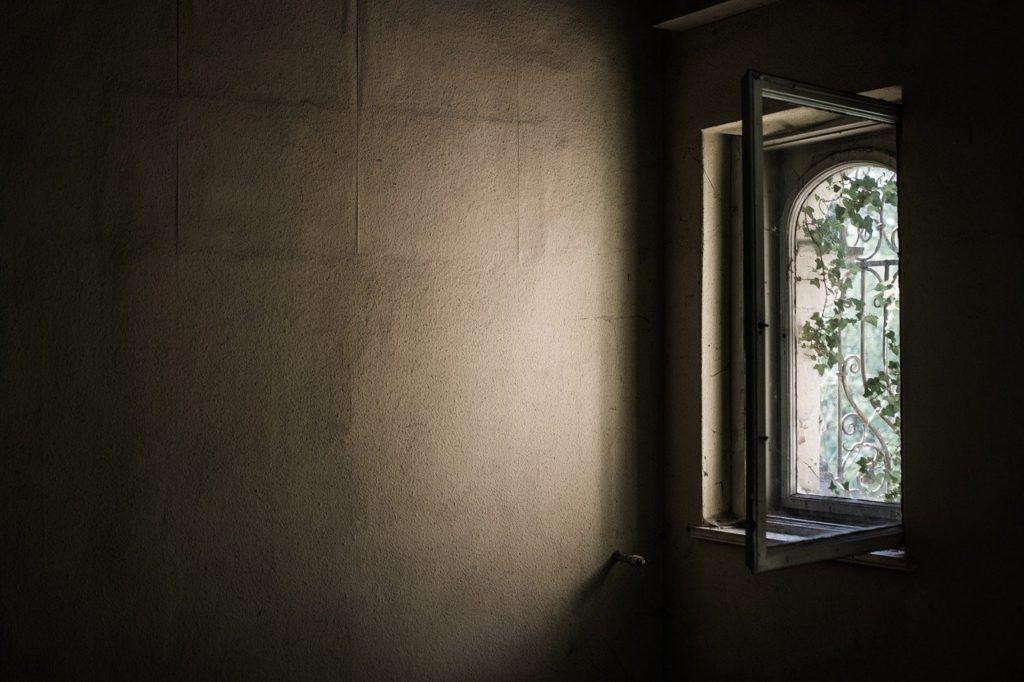 חלון בדירה