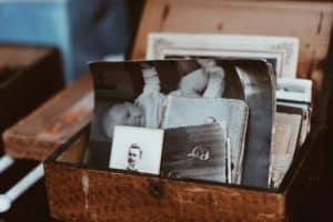 מגירה ישנה עם מסמכים מן העבר - אילוסטרציה